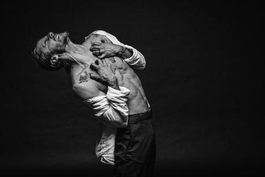 """""""Cierpienie"""" – wystawa fotografii Adama Mikołajczyka 27-08-19"""