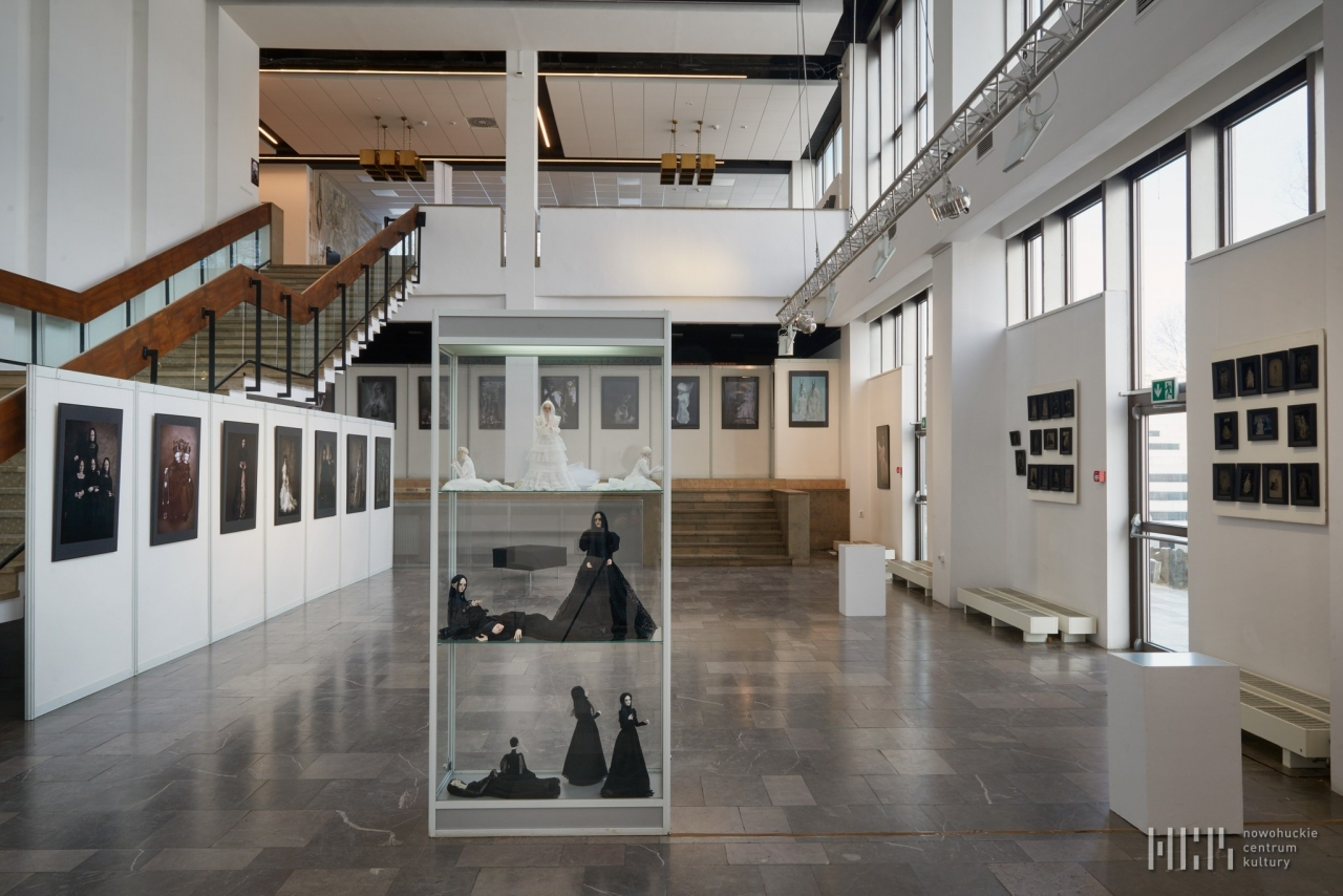 """""""Nie(s)pokój uwięziony"""" – wystawa lalek i ich fotografii Moniki Mostowik - na wystawie... 03-02-21"""